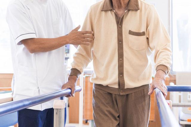 歩行訓練をする男性と理学療法士