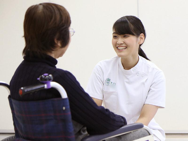 患者と談笑する理学療法学科の学生