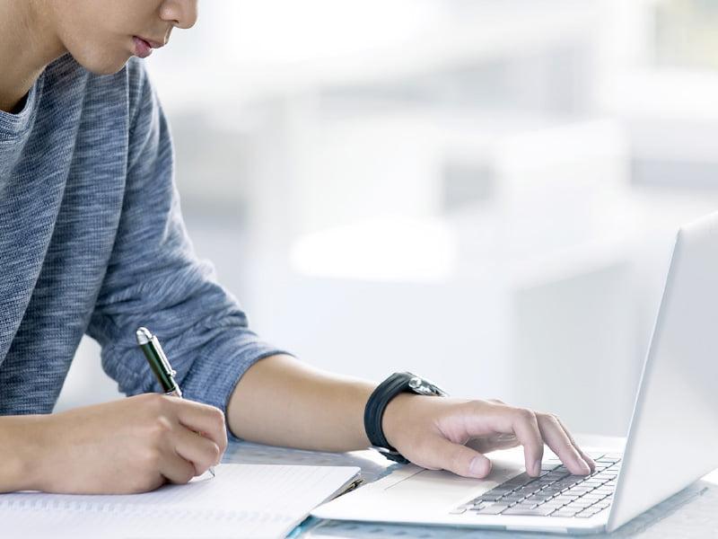 パソコンを見て勉強する男性